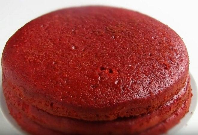 Разрезаем бисквит Красный бархат на две части