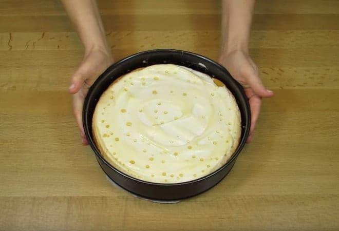 Сильно запекать торт нельзя, иначе капельки не появятся