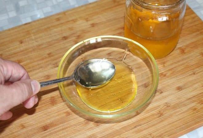 Перед тем, как приготовить жареные бананы, нужно подготовить мед