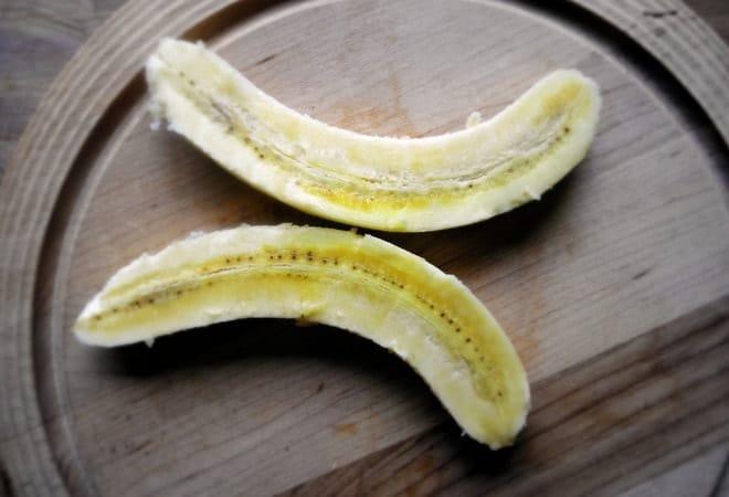 Перед тем как приготовить жареные бананы с карамелью, очищаем и разрезаем их
