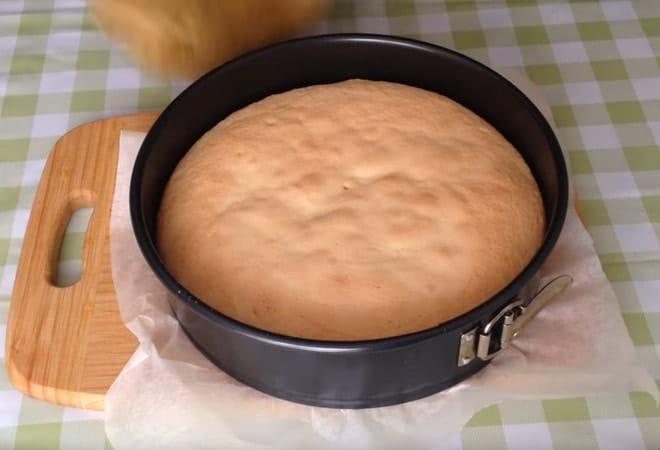 Бисквит из формы доставать не надо