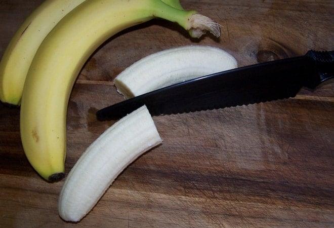 Перед тем как приготовить жареные бананы, нужно почистить их