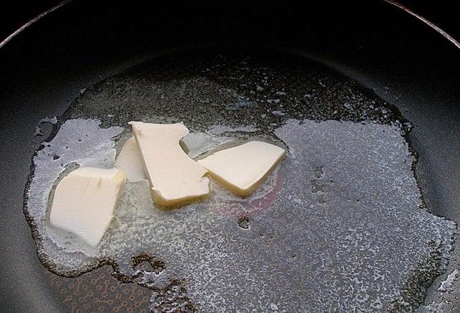 Перед тем как готовить десерт жареные бананы нужно растопить масло