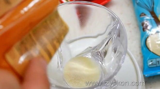 Процесс приготовления вишневого конфи для муссового торта с зеркальной глазурью