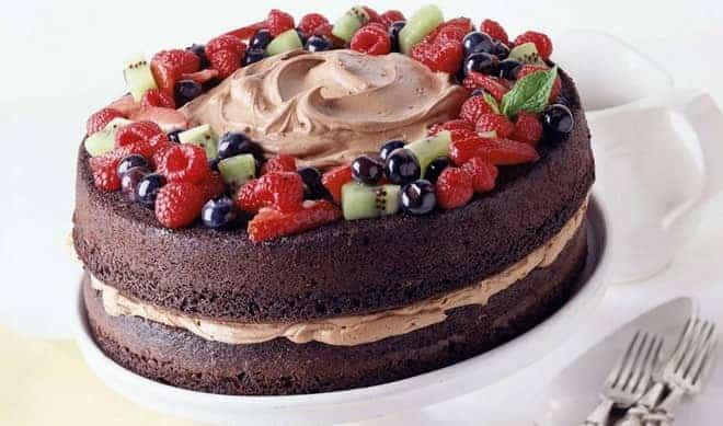 Как украсить быстрый торт из готовых бисквитных коржей ягодами и фруктами