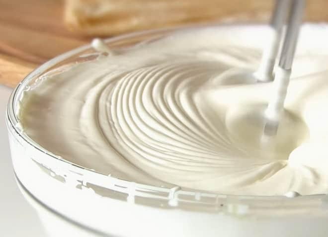 Чем смазать вкусные торты из слоеного теста