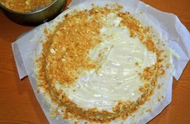 Какие известные рецепты украшения слоеного торта с кремом