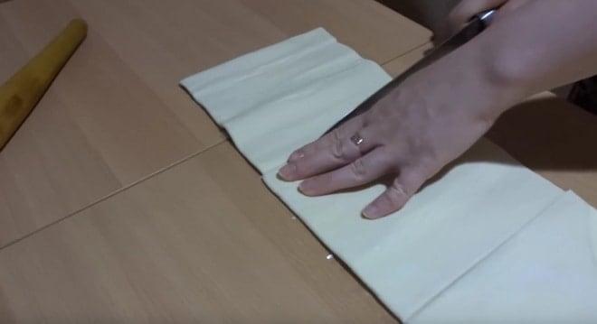Как сделать торт из готового слоеного теста руководствуясь видео уроком