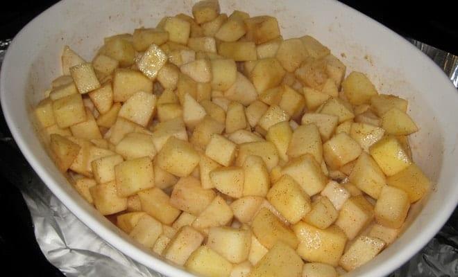 Для приготовления десерта крамбл нужно выложить яблоки в форму