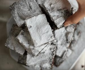 Как украсить десерт брауни приготовленный  по классическому рецепту