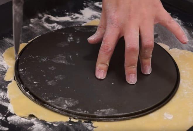 Края коржа лучше обрезать при помощи тарелки или крышки