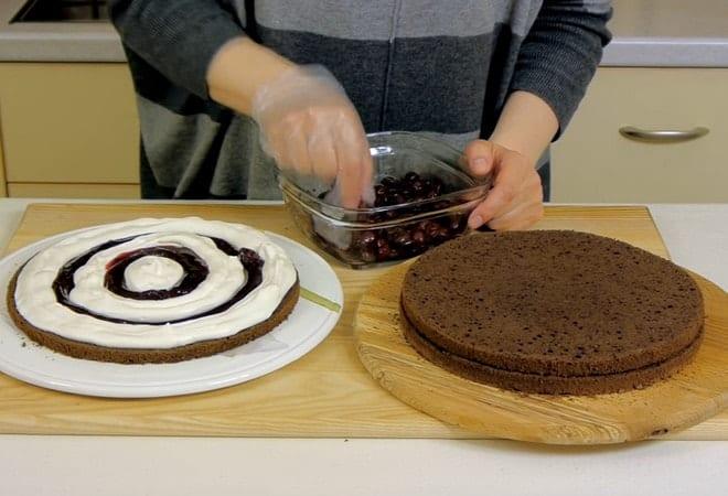 Украшаем торт вишней