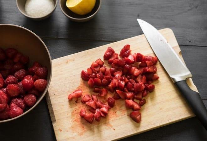 Нарезаем клубнику для оформления торта Сердце