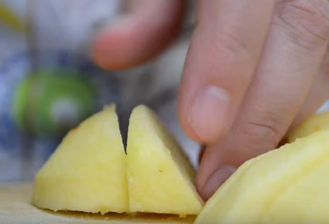 Нарезаем яблоки для начинки пирога с творогом