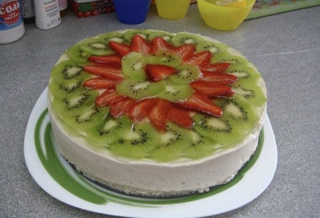 Бисквитный торт с прослойкой суфле оформляем фруктами