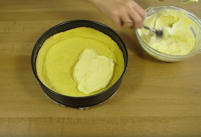 Равномерно выливаем начинку для торта