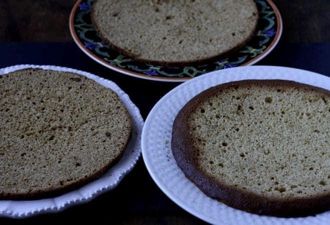 Смазываем коржи сметанным кремом для бисквитного торта