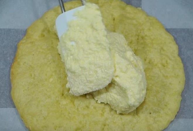 Первый этап сборки торта