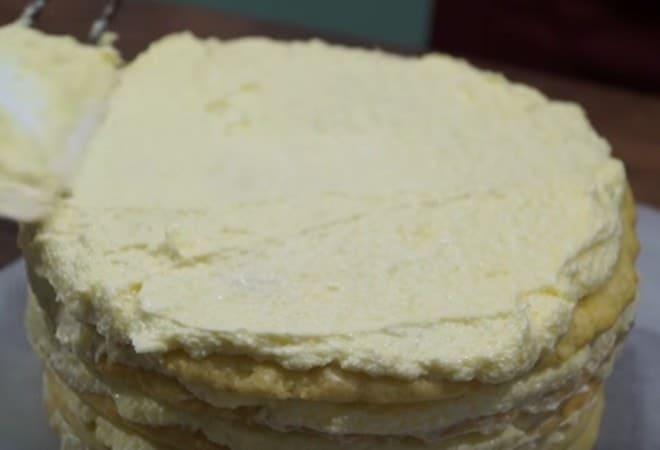 Смазываем кремом верх торта