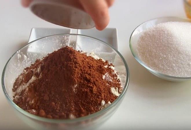 Следующий этап - перемешиваем муку, разрыхлитель и какао в порошке