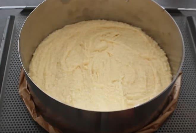 Отправляем тесто для торта Рафаэлло в духовку