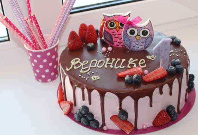 Красиво украшенный торт для детей
