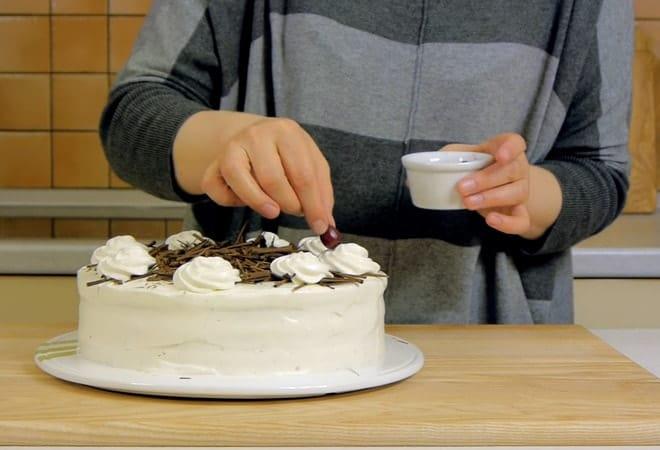Шварцвальдский торт украшаем вишнями