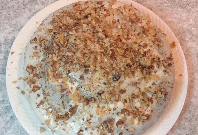 Оформляем торт Фантастика при помощи орехов