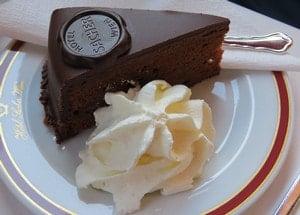 Какое оформление считается классическим для торта захер