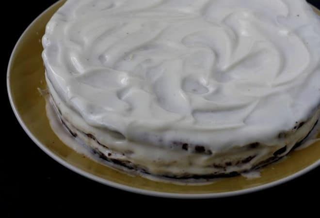 Остатками крема покрываем верх и бока торта