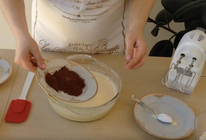 Добавляем муку и какао к полученной массе