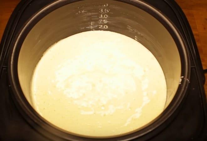Готовое тесто для торта с безе выливаем в мультиварку