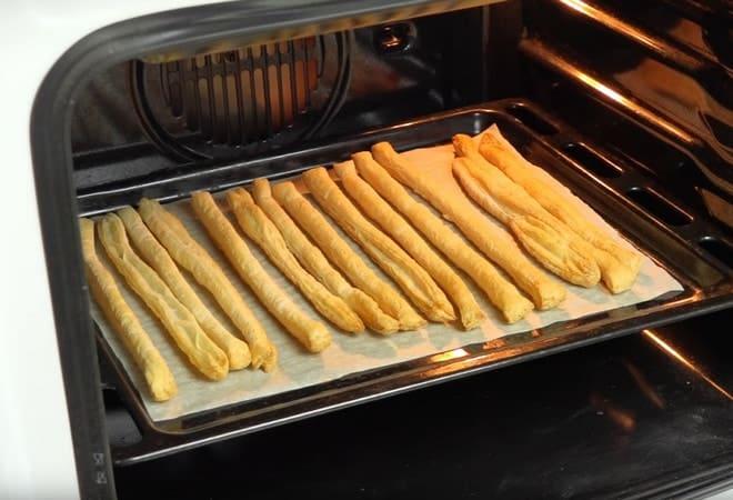 Отправляем в духовку полоски из слоеного теста для торта Полено