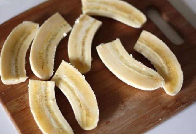 Перед тем как жарить бананы по рецепту в кляре, почистим и разрежем их