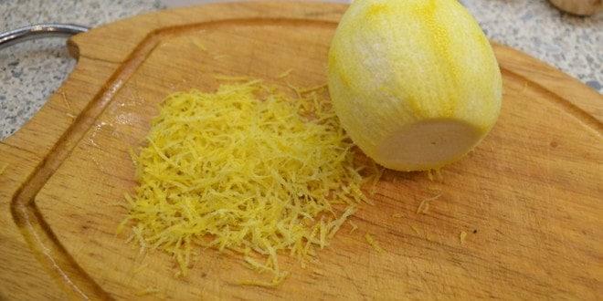 Для приготовления лимонного торта натираем цедру лимона