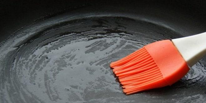 Для приготовления блинов на кефире смазать сковороду салом