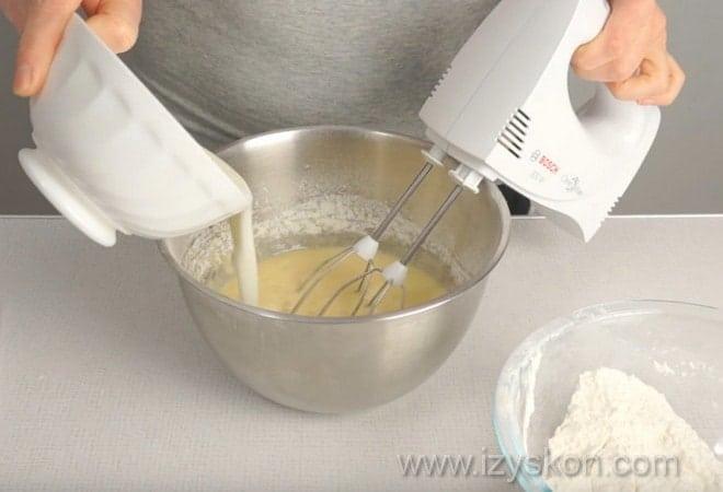 На фото показано, как приготовить тесто для кекса на кефире