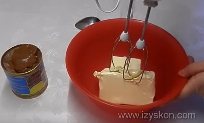 Следуя рецепту торта Эстерхази в домашних условиях, взбиваем масло