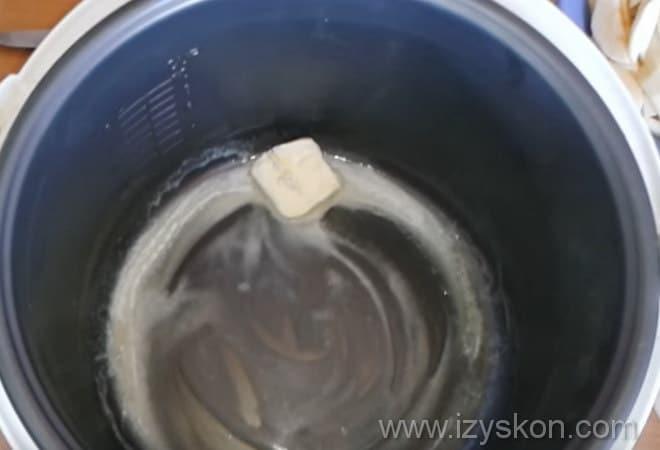 Следуя рецепту яблочной шарлотки, нужно смазать дно в мультиварке маслом