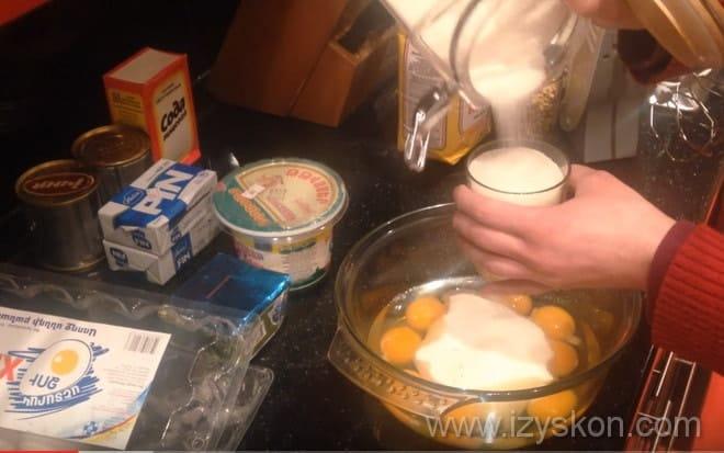 Добавляем в яйца сахар для торта Генерал по рецепту с фото пошагово в домашних условиях