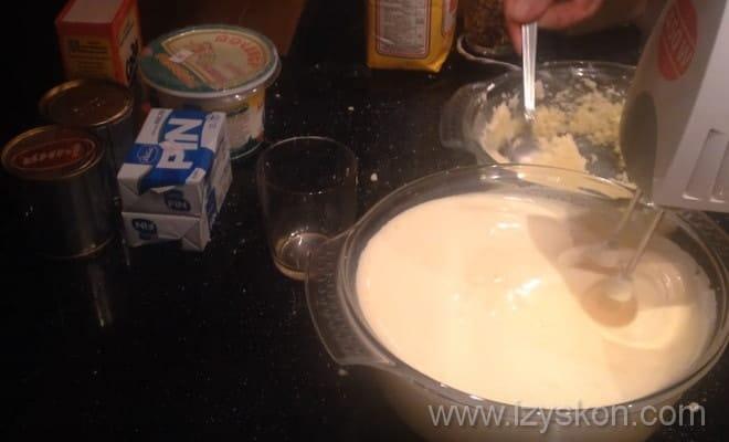Взбиваем яичнуюю массу с маслом для торта Генеральский рецепт с фото пошагово