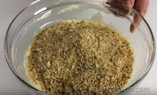 Смешиваем орехи со сладкой массой для приготовления зефирного торта