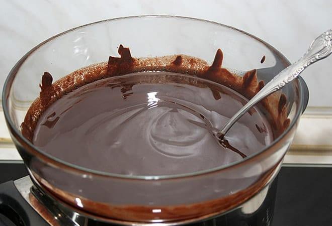 На фото мы видим первый этап того, как приготовить торт-мороженое - растапливаем шоколад