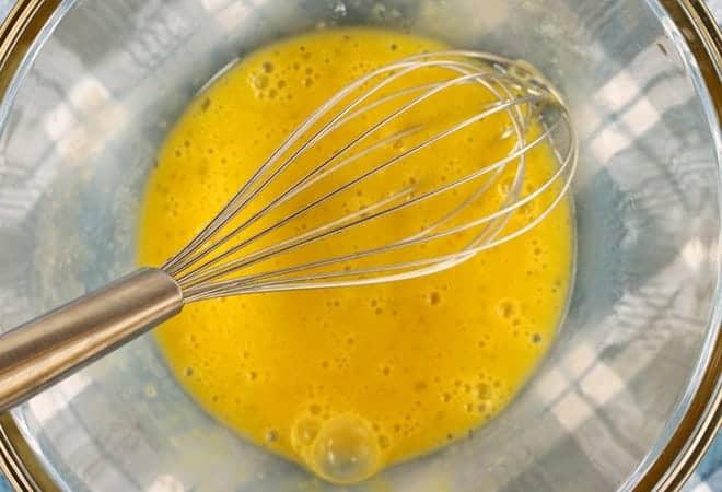 Готовим торт-мороженое - сбиваем яйца с маслом