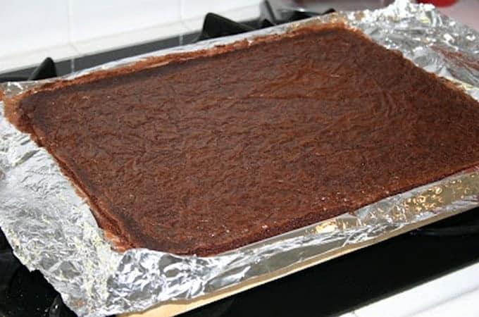 На фото мы видим, как сделать бисквит для торта-мороженого