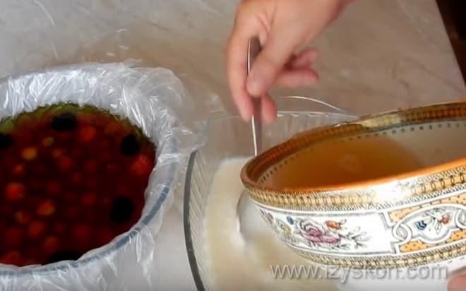 На фото показано, как как сделать йогуртовое желе для торта