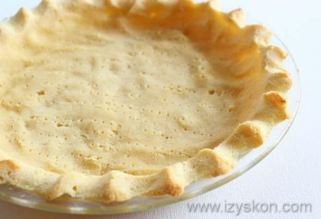 Следуя рецепту, выпекаем тесто для американского тыквенного пирога