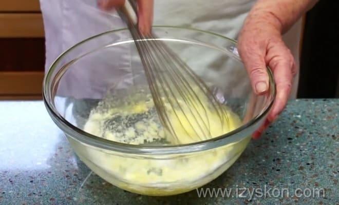Начинаем готовить тесто для кексов с черникой согласно рецепту