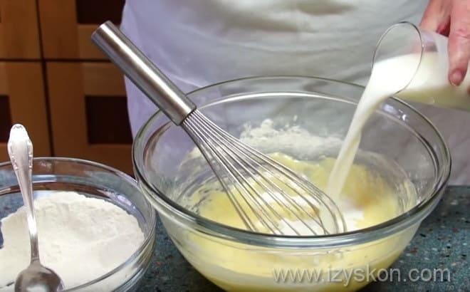 Замешиваем тесто для черничных кексов согласно рецепту
