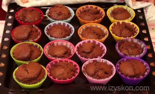 Готовые шоколадные маффины из духовки